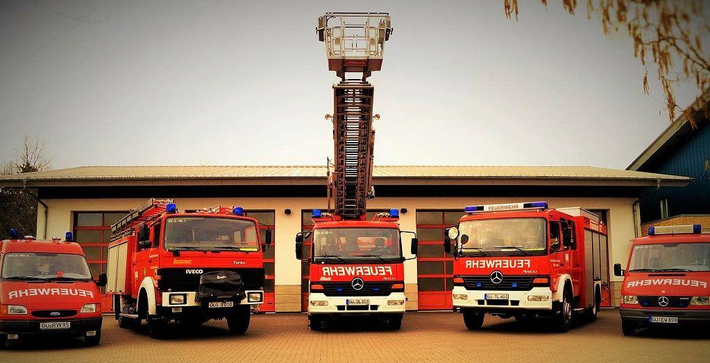 Fahrzeuge und Feuerwehrhaus